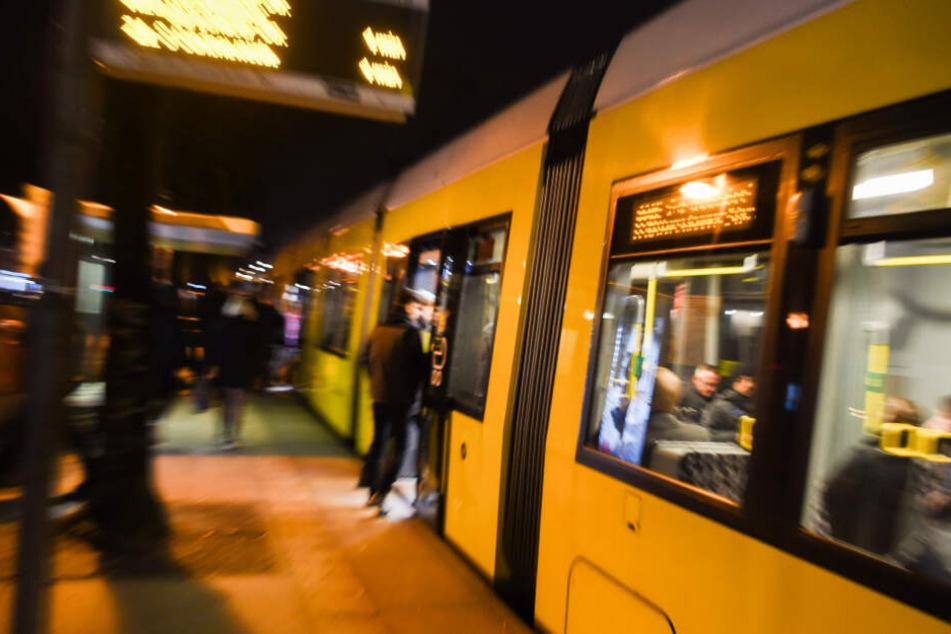 Gegen 16.45 Uhr sind die beiden 17 und 19 Jahre alten Frauen an der Haltestelle Landsberger Allee in die Straßenbahn eingestiegen und wurden kurz danach beleidigt. (Symbolbild)