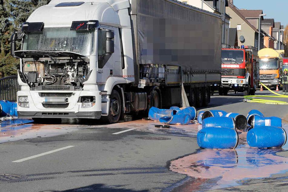 Der Laster hat durch den Unfall Ladung verloren.