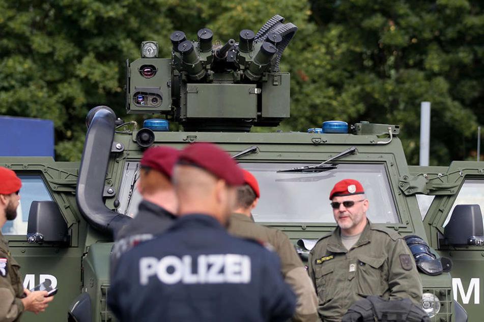 """Österreichische Soldaten und Polizisten werden im Rahmen der Übung """"Proborder"""" an der Grenze zu Slowenien, in der Abwehr von Flüchtlingen, geschult."""