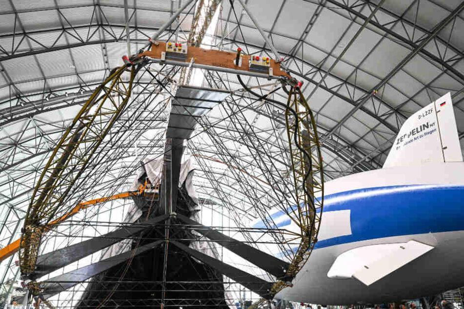 Über den Zeppelin wird eine Hülle gestülpt.