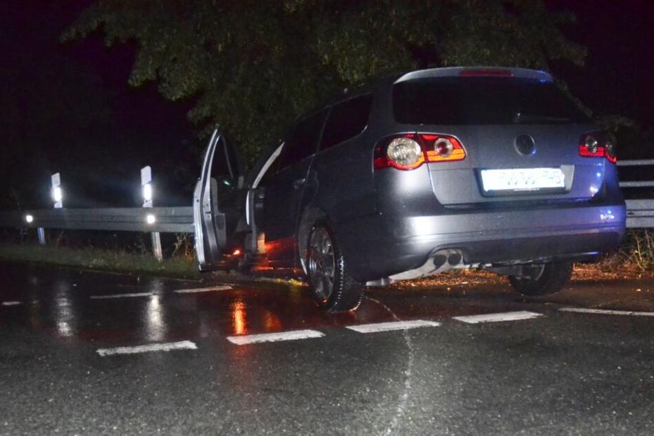 Der Wagen blieb in der Leitplanke hängen.