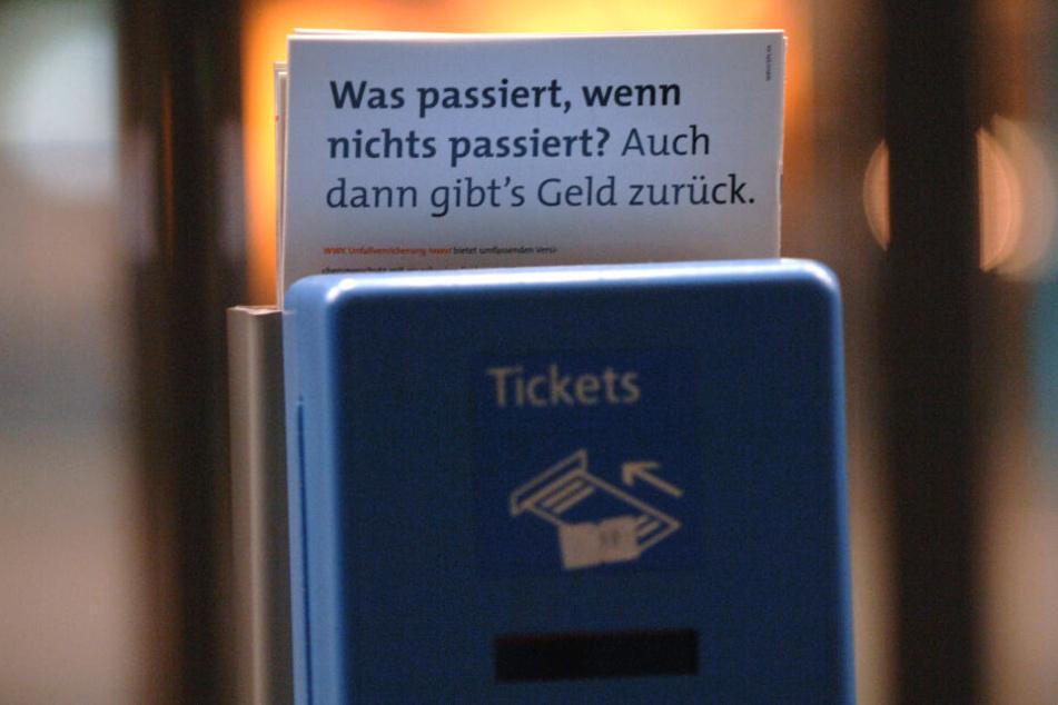 Die Bahnsteigkarte für den Preis von 0,40 Euro, die dazu berechtigte, S- und U-Bahnsteige ohne Fahrkarte zu betreten, wird abgeschafft.