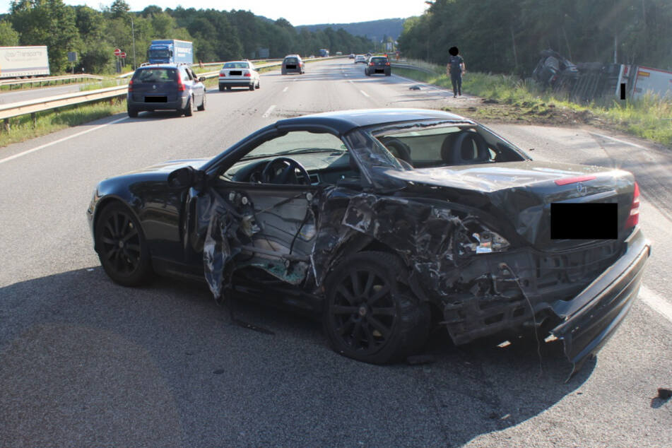 Der Mercedes stand nach einer Panne herum. Die Fahrerin hatte das Auto bereits verlassen.