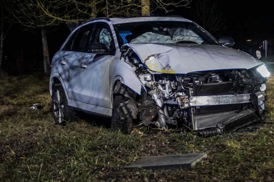 Die Frau befreite sich leichtverletzt aus dem Wrack ihres Wagens.