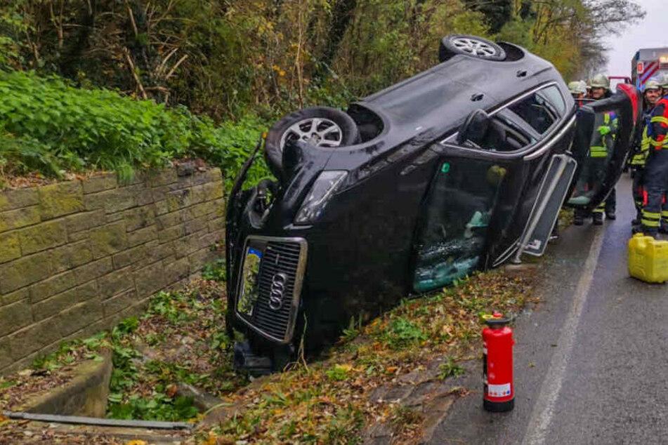 Schwerer Unfall: Audi-Fahrerin überschlägt sich und wird verletzt ins Krankenhaus gebracht