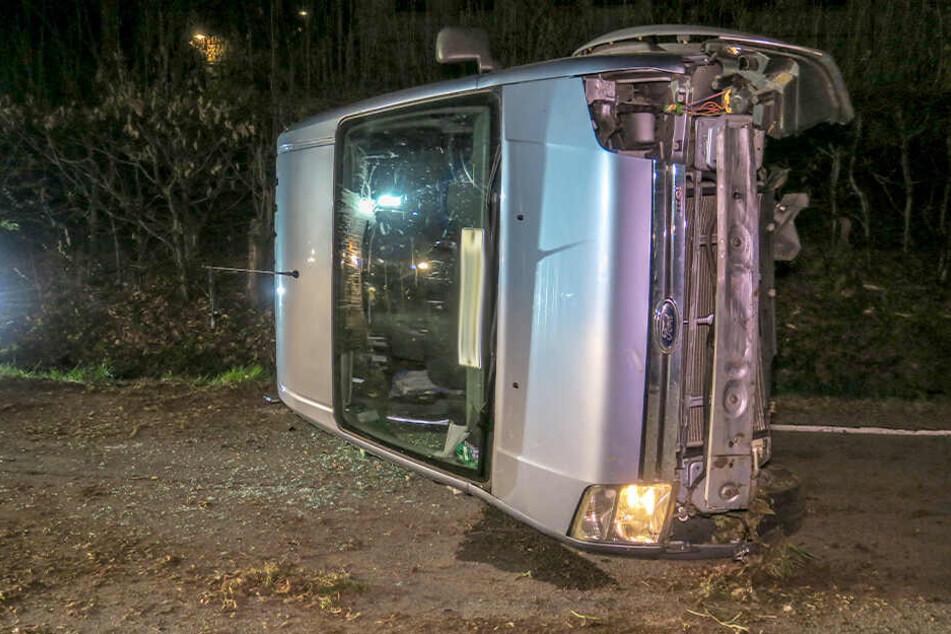 Fahrer verletzt: Ford bleibt nach Unfall auf Seite liegen