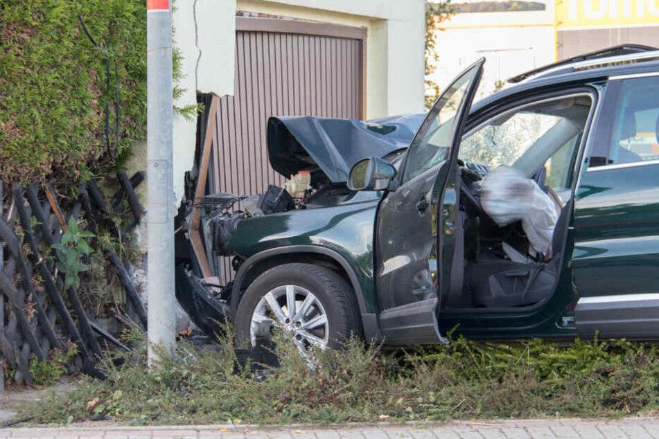 Der Mann raste in einen Garagenpfeiler, wurde selber schwer verletzt.