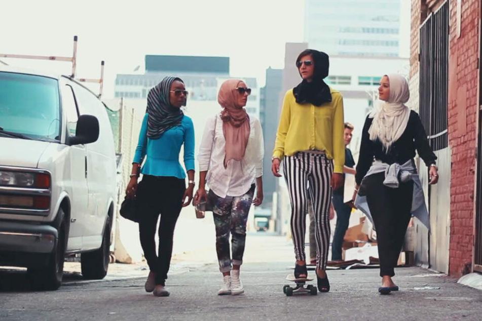 """Das Foto zeigt vier Frauen mit Kopftüchern, die in dem Video """"Somewhere in America #MIPSTERZ"""" in der Ausstellung zu sehen sind."""