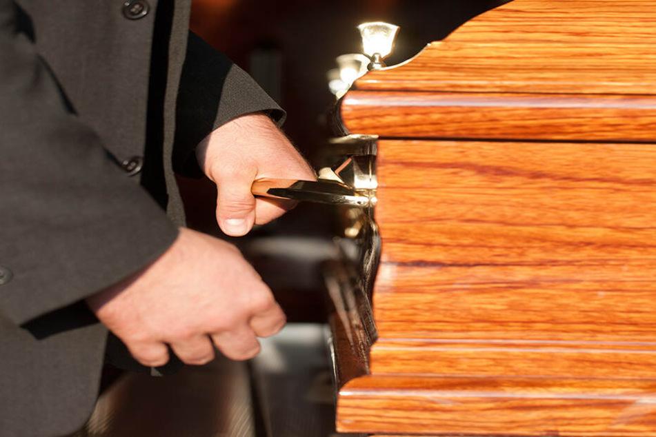 Ein Mitarbeiter des Bestattungsunternehmens hatte eine Leiche fotografiert und die Bilder veröffentlicht.