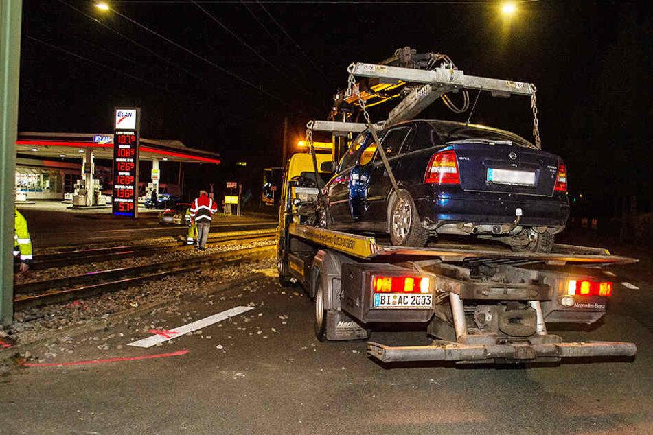 Heftiger Crash: Opel schleudert auf Bahnschienen