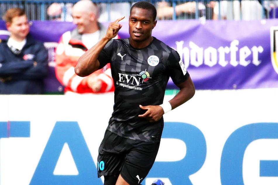 Joy-Lance Mickels jubelt nach seinem Treffer für Nordhausen im DFB-Pokal gegen Aue.