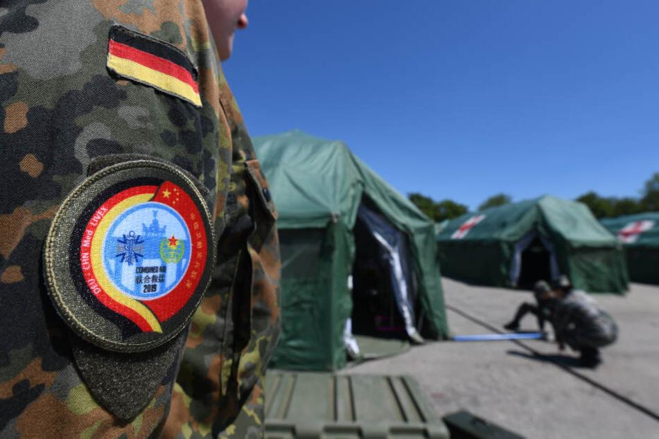 Sanitätssoldaten der Chinesischen Volksbefreiungsarmee haben in Bayern eine Übung mit der Bundeswehr begonnen. Bis zum 17. Juli werde im niederbayerischen Feldkirchen das Szenario eines gemeinsamen UN-Einsatzes trainiert.