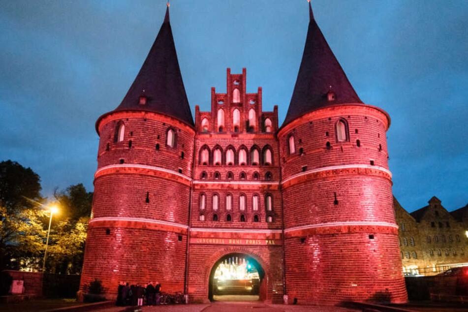 Das Lübecker Holstentor erstrahlte auch vor einem Jahr schon in Pink.