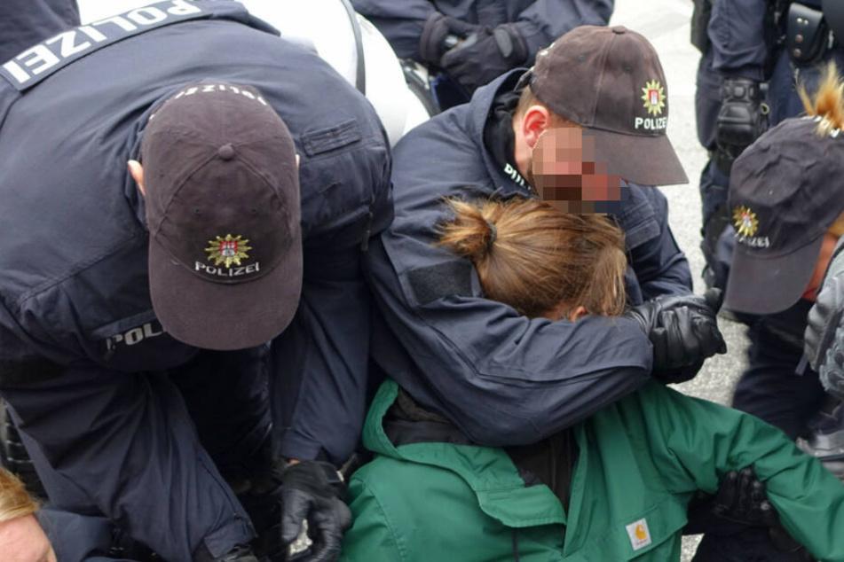 """Scharfe Kritik nach Sitzblockade: Handelte Polizei """"rechtswidrig""""?"""