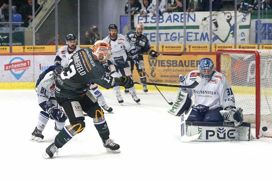 Marcus Sommerfeld (l.) prüfte Marco Eisenhut. In dieser Situation war der Eislöwen-Keeper der Sieger.