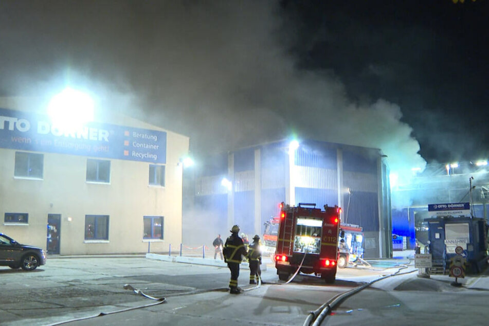 Die Feuerwehr rückte zu einem Großband zweier Lagerhallen aus.