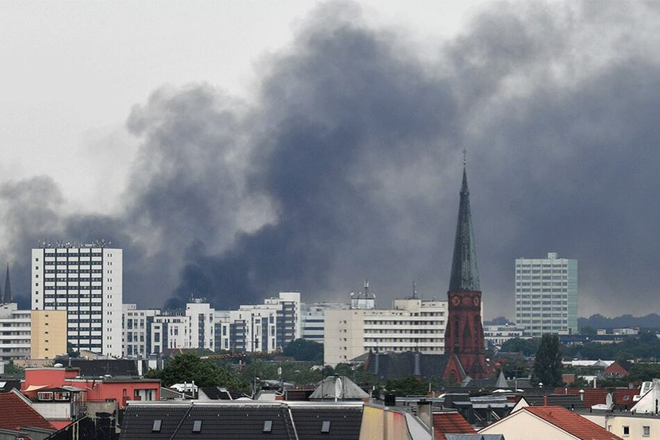 Über die Stadt ziehen mittlerweile gewaltige Rauchschwaden.