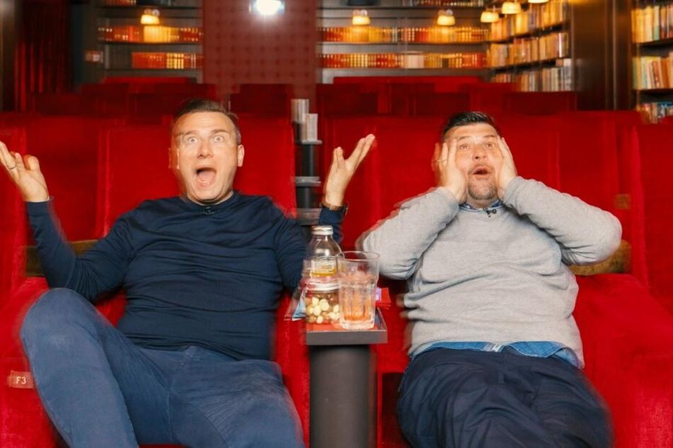 Tim Raue (links) und Tim Mälzer sind beim gemeinsamen Anschauen der Challenges so entsetzt wie amüsiert.