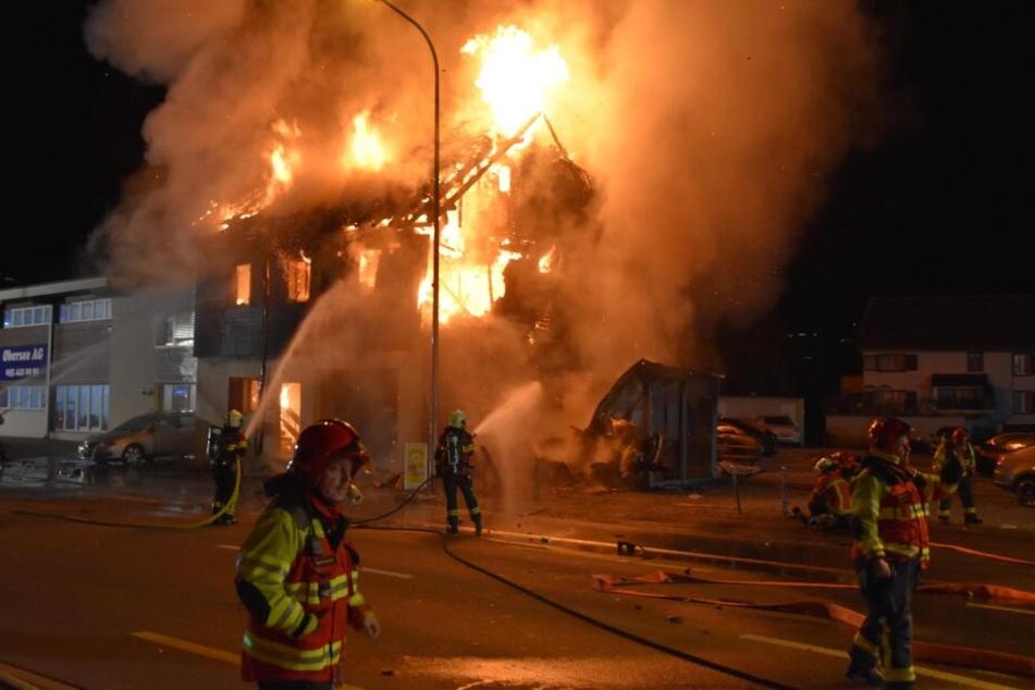 Auf Flucht vor Polizei rast Auto in Wohnhaus: Alles brennt lichterloh