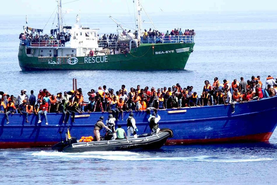 Leichen treiben im Wasser: Migranten fallen aus überfülltem Boot