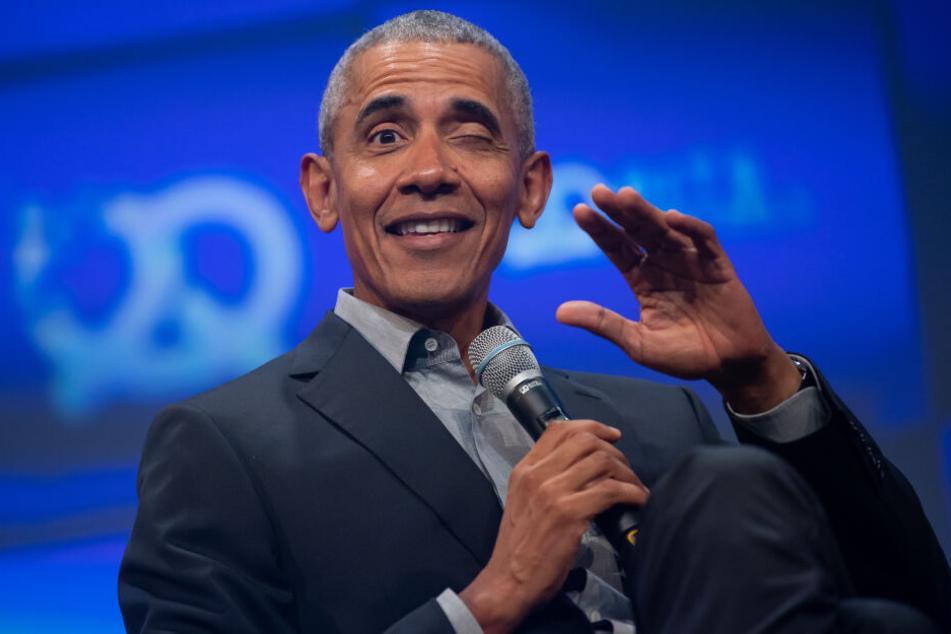 Barack Obama, ehemaliger Präsident der USA, sitzt während seiner Eröffnungsrede auf der Bühne des Unternehmensgründer- und Investorentreffens Bits & Pretzels.