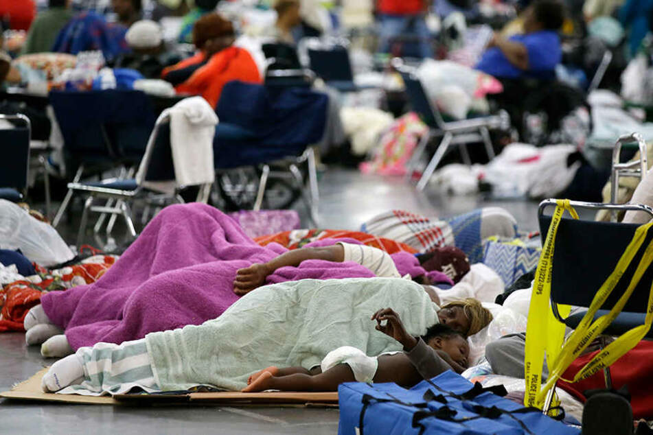 Die Menschen in Texas (USA) schlafen in Notunterkünften, weil sie ihr Zuhause verloren haben.