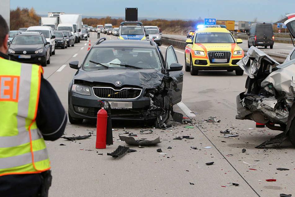 Zahlreiche Trümmerteile lagen auf der Autobahn, die Fahrtrichtung musste gesperrt werden.