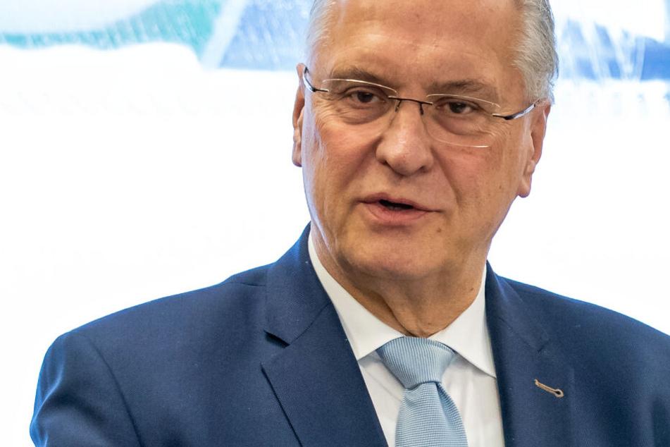 Das Foto zeigt Joachim Herrmann (CSU) im Dezember 2018 bei einer Pressekonferenz.