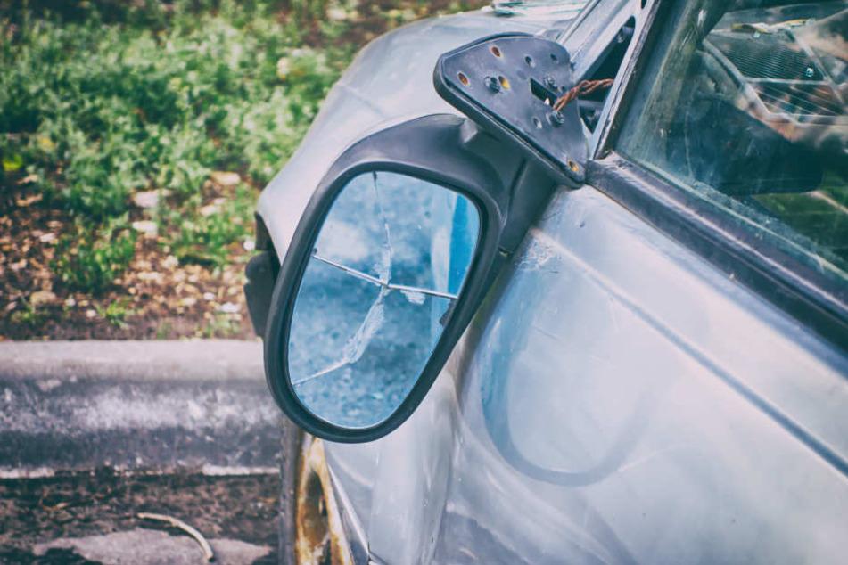 Unter anderem trat er auch die Spiegel an einigen Autos ab. (Symbolbild)