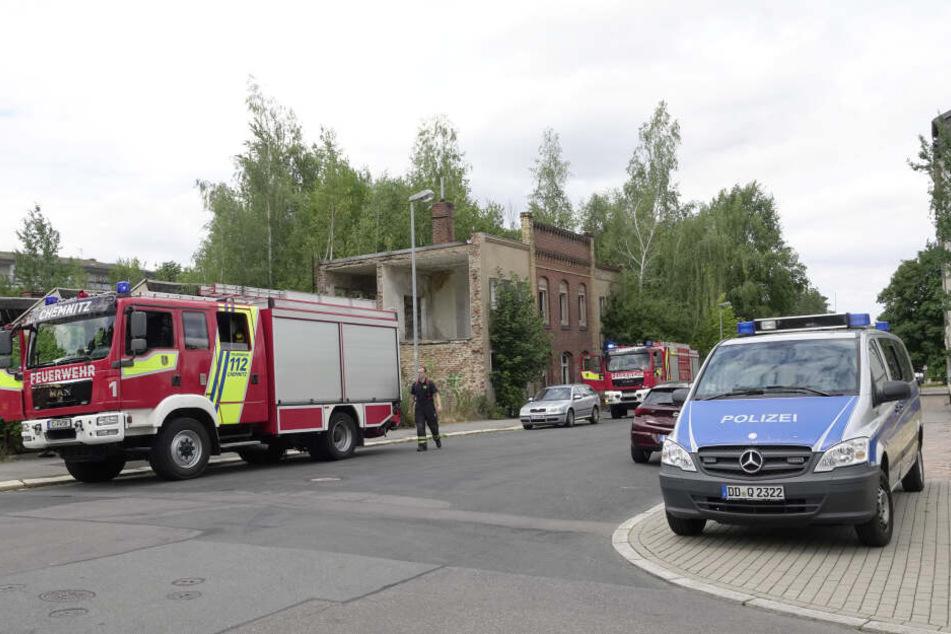In einer Industriebrache in der Kantstraße/ Ecke Dürerstraße quoll Rauch aus dem verfallenen Gebäude.