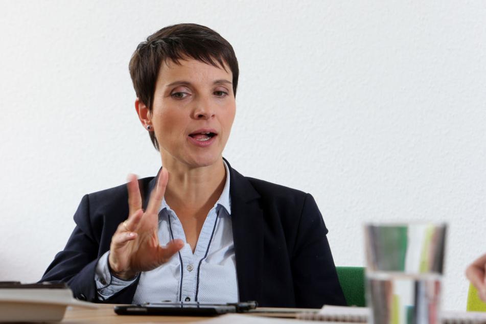 AfD-Chefin Frauke Petry fordert mehr Zurückhaltung bei den Protesten gegen Bundeskanzlerin Angela Merkel.