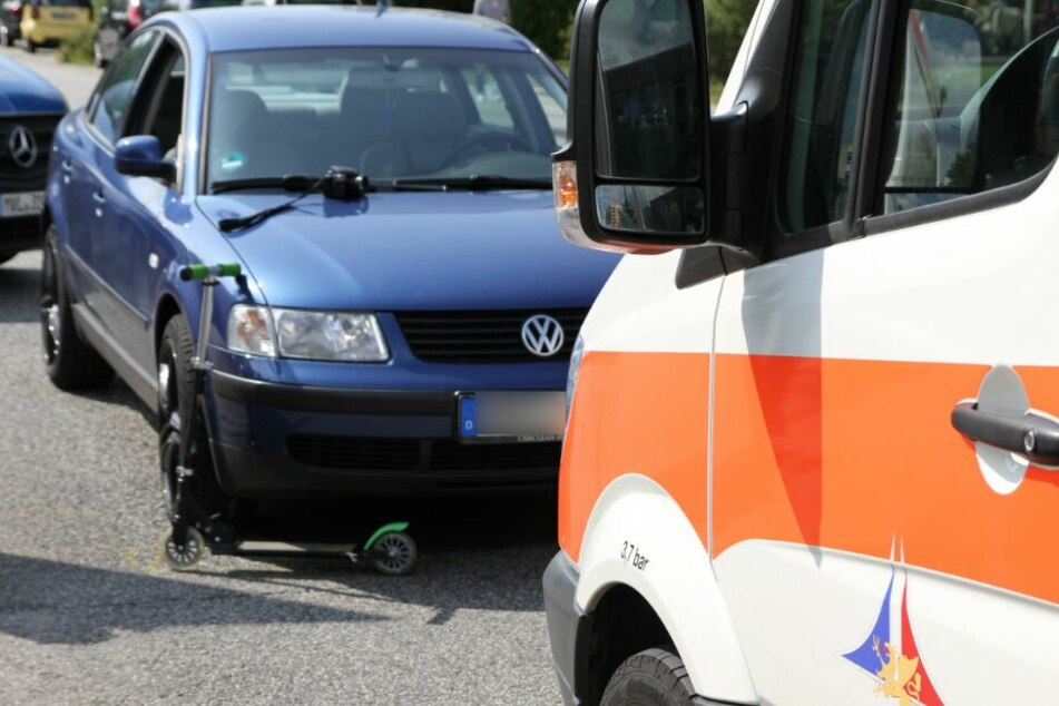Kind (7) fährt mit Roller auf die Straße und wird von Auto erfasst