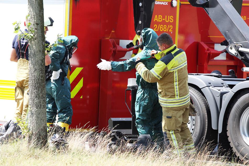 Nur mit spezieller Schutzkleidung können die Kameraden der Feuerwehr an den Sattelzug-Auflieger.