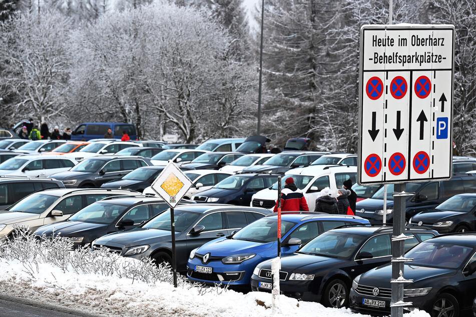 Autos parken auf einem Großraumparkplatz im Harz.