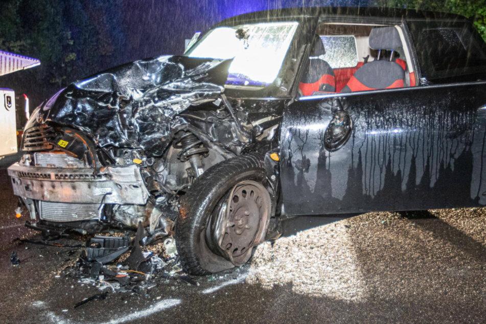 Auto kracht in Gegenverkehr: Zwei Schwerverletzte