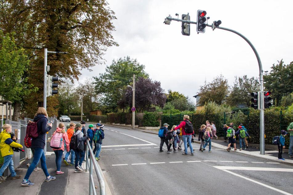 Vor der Grundschule in Naußlitz lenkt nun die High-Tech-Ampel den Schülerstrom.