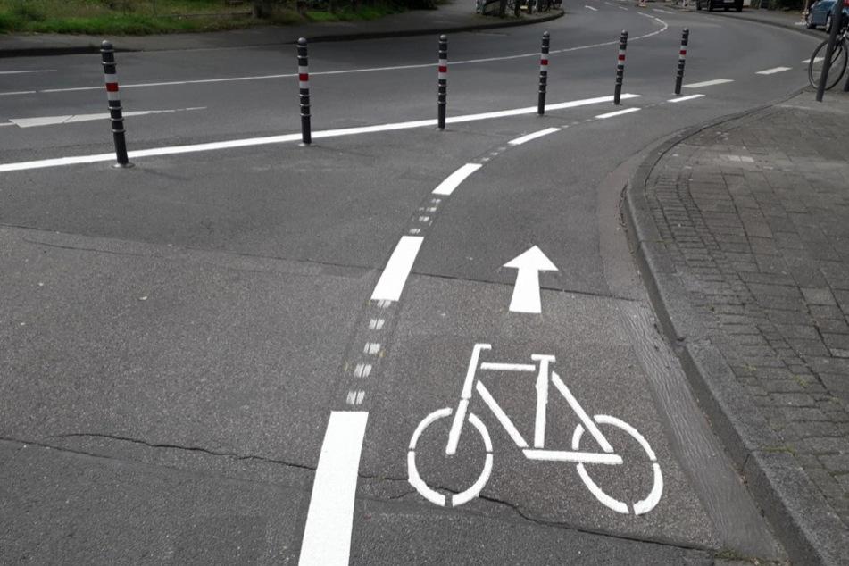 Für Radfahrer bleibt die Abbiegespur frei.