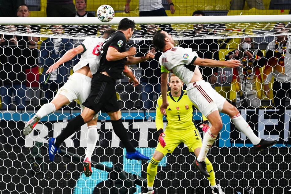 Mats Hummels (2.v.l.) vergab die beste deutsche Chance der ersten Halbzeit. Der erfahrene Innenverteidiger traf mit seinem Kopfball nur die Latte.
