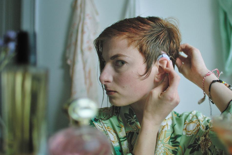 Ylena (Laurian Callebaut) trägt seit einer Krankheit vor vier Jahren ein Hörgerät - wird sie den beschwerlichen Weg meistern können?
