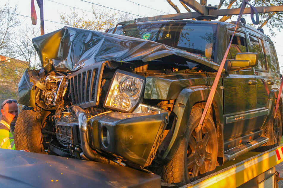 Mann verliert Kontrolle über seinen Jeep, rast über Gleise und stirbt bei Frontal-Crash