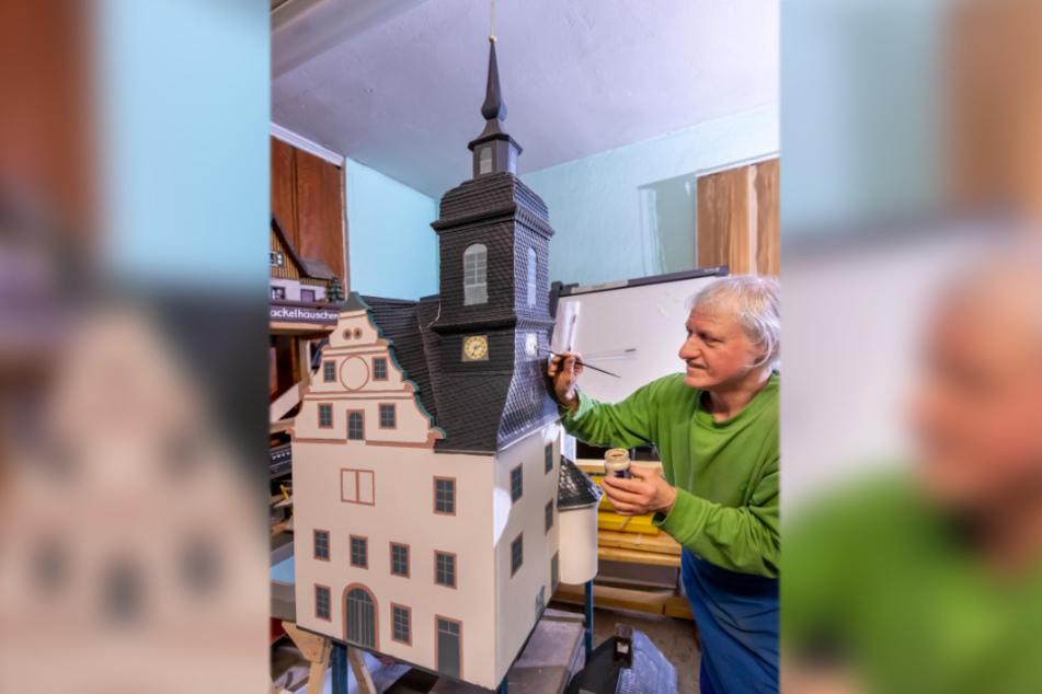 Thomas Schulze (58) vom Verein arbeitet noch am neuen Modell der Schlosskirche Waldheim.