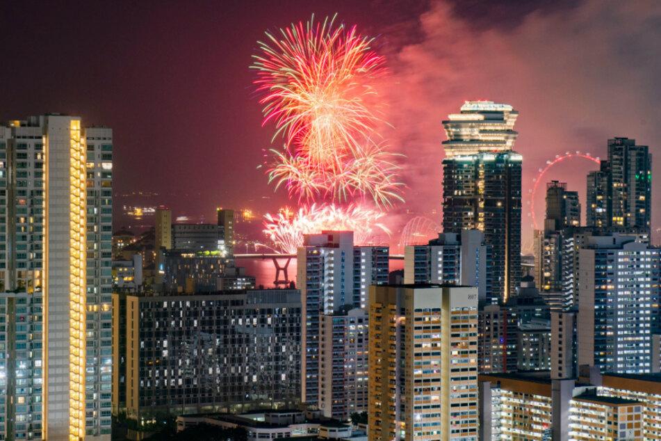 Ein Feuerwerk erleuchtet während der Feierlichkeiten zum Nationalfeiertag den Himmel über der Stadt. Singapur feiert den 55. Jahrestag der Unabhängigkeit.