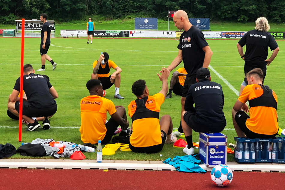 Coach Alexander Schmidt (4.v.r.) klatscht nach der Einheit mit den Spielern ab.