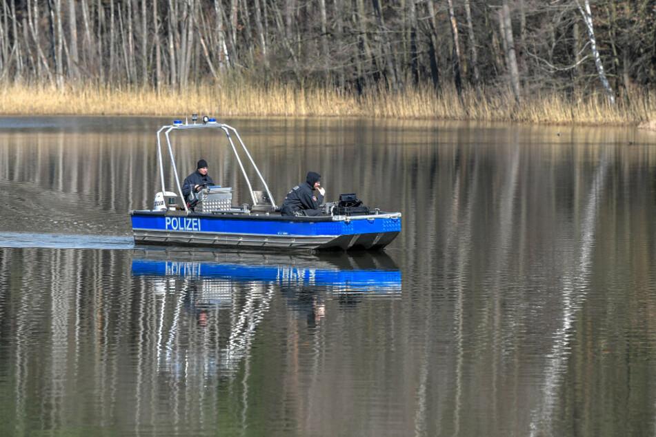 Polizeibeamte in einem Boot suchen mit Hilfe eines Echolots nach einer vermissten Person auf einem Brandenburger See. (Symbolbild)