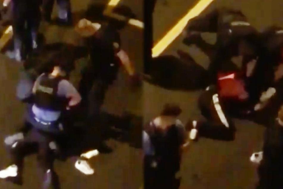 Die Montage zeigt zwei Screenshots aus dem fraglichen Video-Clip. Links ist zu sehen, wie ein stehender Polizist zutritt, rechts wie ein Beamter mit dem Knie ausholt, um auf eine liegende Person einzutreten.