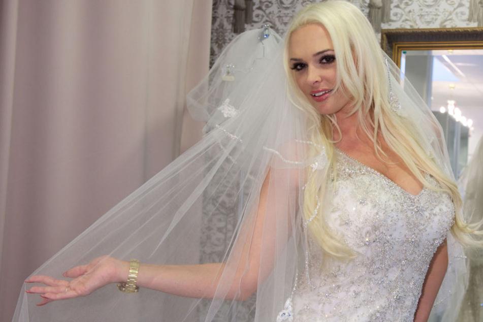 Daniela Katzenberger sucht nach dem passenden Brautkleid.