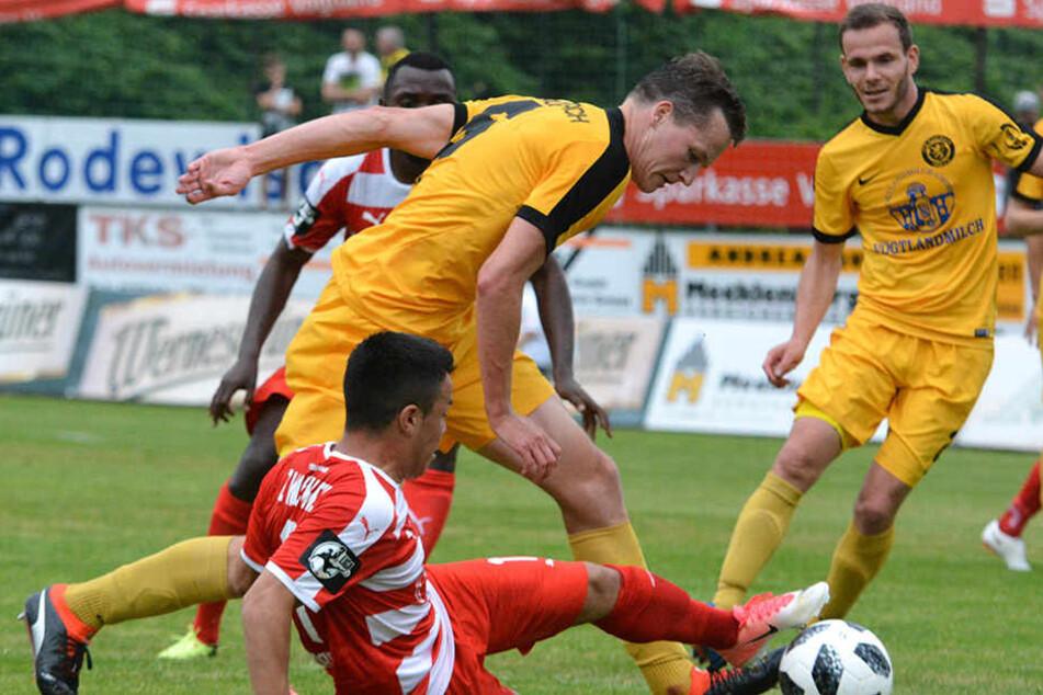Vollgas auch im Testspiel gegen Regionalligist: Manolo Rodas grätscht VfB-Kicker Vaclav Heger die Kugel vom Fuß.