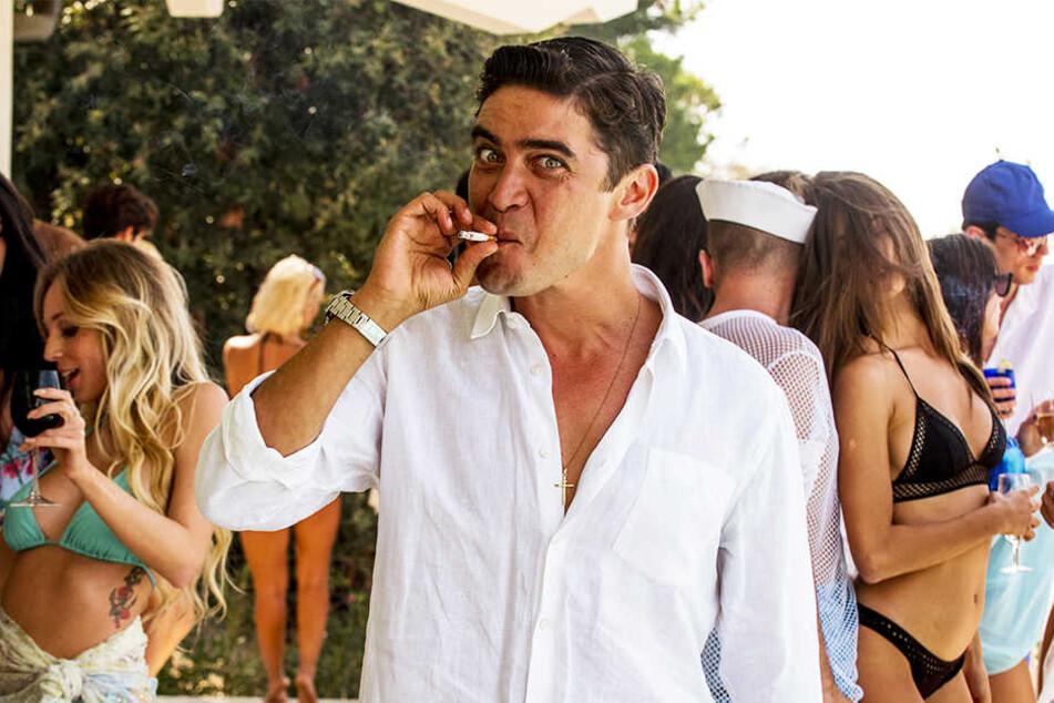Sergio Morra (Riccardo Scamarcio) veranstaltet wilde Partys, um die Aufmerksamkeit von Silvio Berlusconi (Toni Servillo) zu erregen.