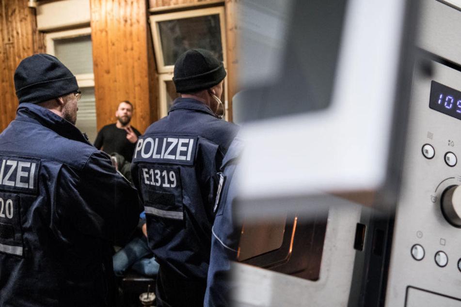 Bei einem Einsatz wurden Polizisten mit einer Mikrowelle beworfen. (Symbolbild)