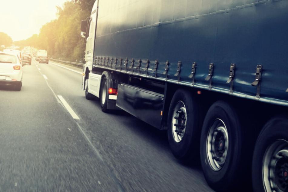 Lkw-Fahrer rammt auf Autobahn Gegenstand und kann nicht glauben, um was es sich handelt
